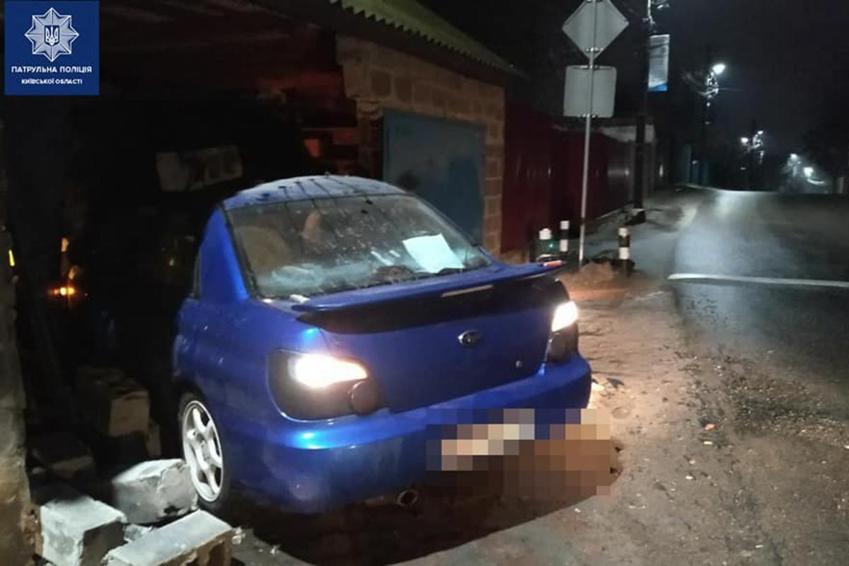АвтомобильSubaru Impreza влетел в гараж