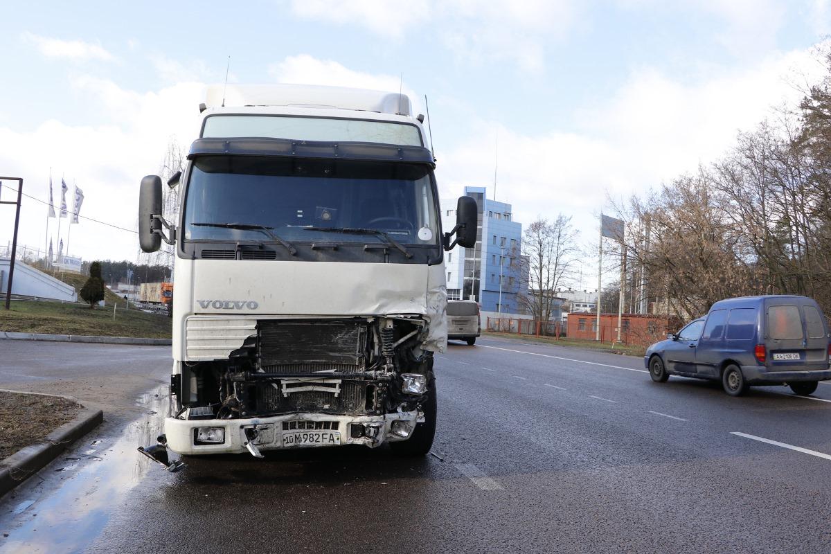 Под Киевом недалеко от населенного пункта Пролески произошло жуткое ДТП с участием двух автомобилей