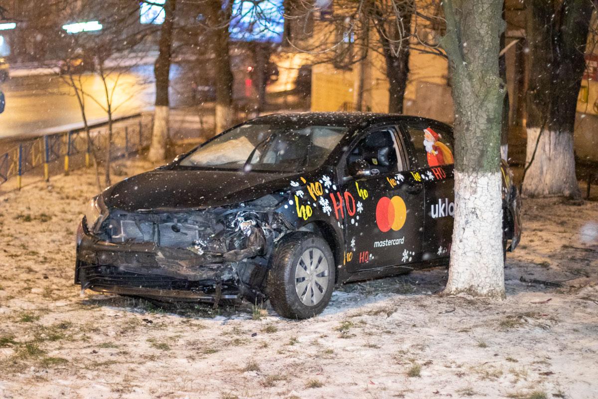 В результате удара водитель второй машины потерял сознание, а авто снесло на обочину на встречной полосе вместе с забором