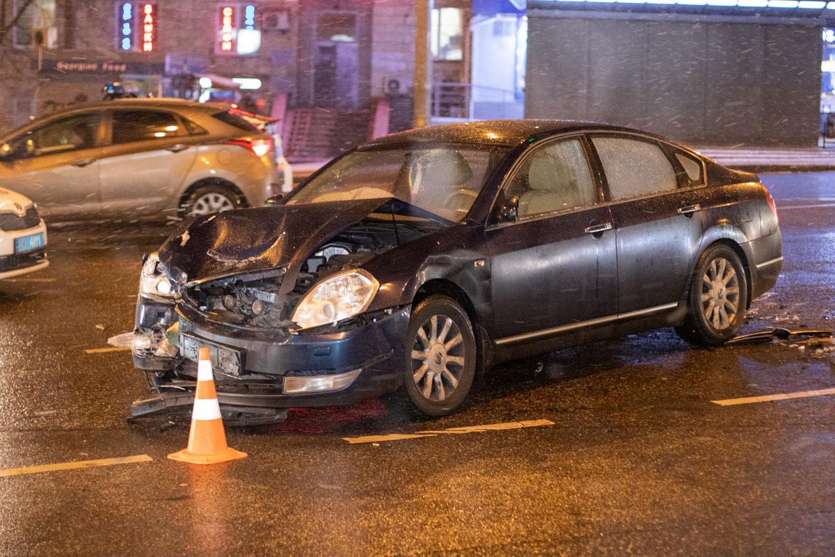 """По словам очевидцев, Toyota двигалась по Бойчука в сторону центра, когда по встречной полосе на """"красный"""" проехал Nissan"""