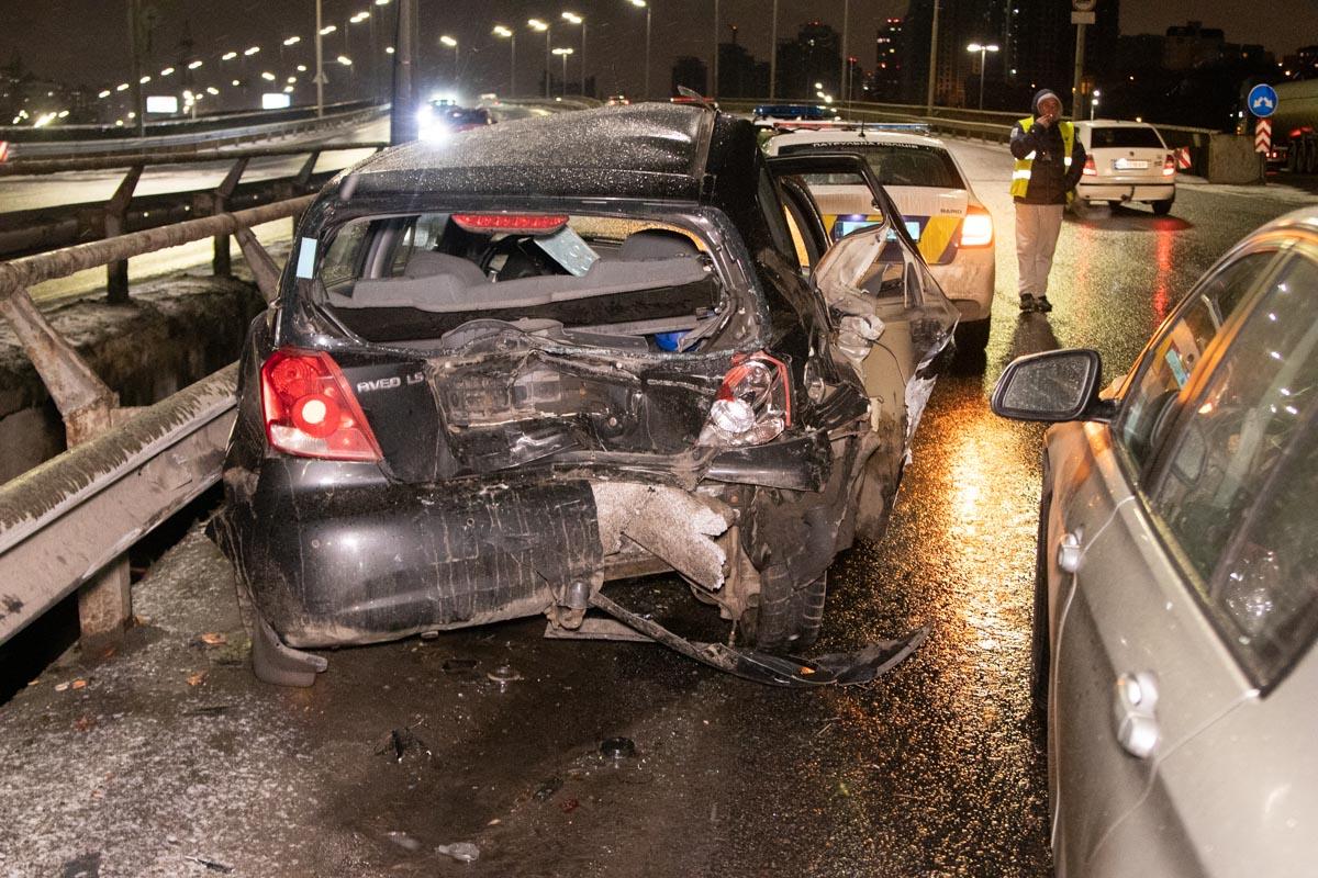 """""""Американец"""" врезался в отбойник и получил серьезные повреждения, водителя госпитализировали"""