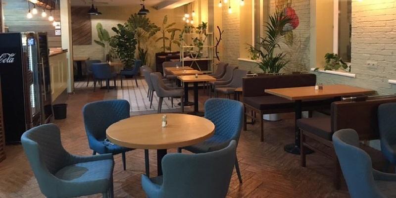 Внутри заведения стоят живые растения, а стены красиво разрисованы