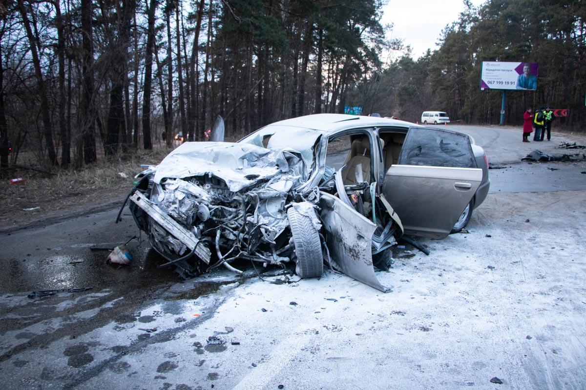 Возле ресторана Fire Bull лоб в лоб столкнулись два автомобиля Audi и Mitsubishi