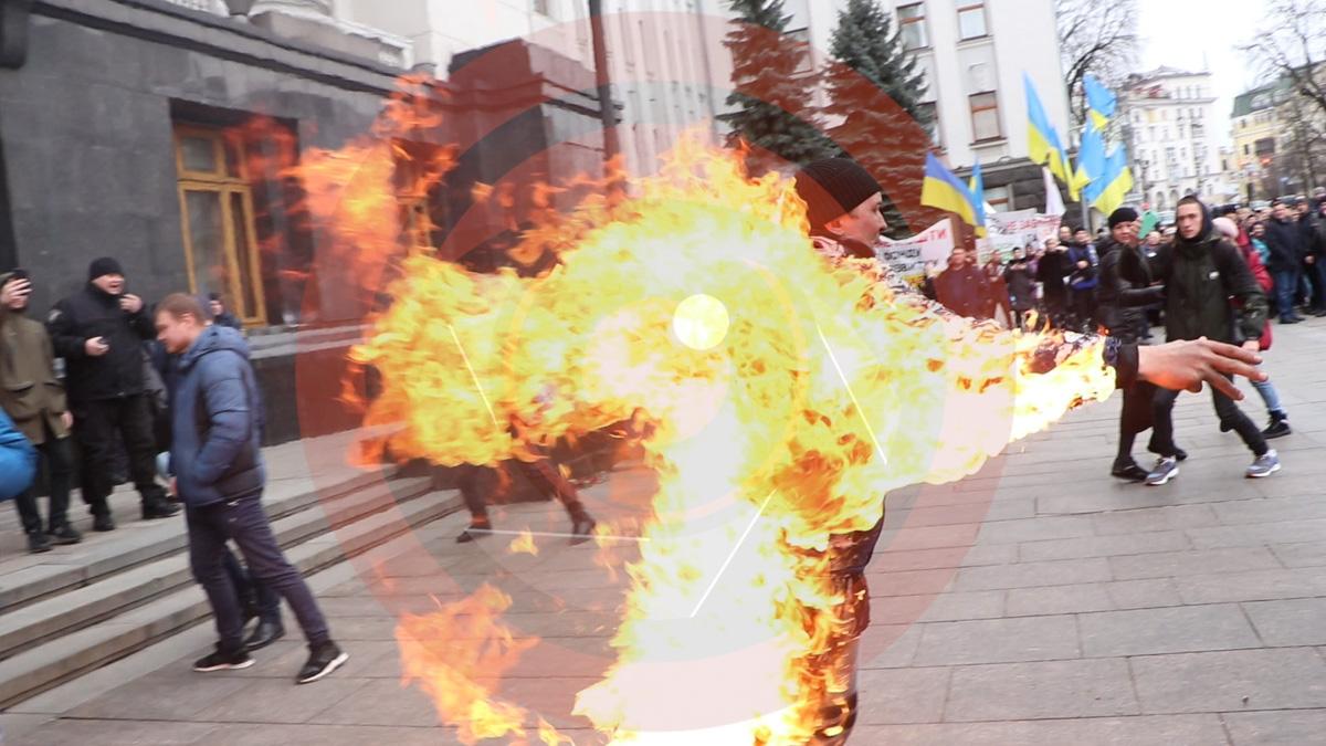 В среду, 26 февраля, в Киеве под Офисом президента мужчина облил себя одеколоном и поджег, находясь в толпе митингующих