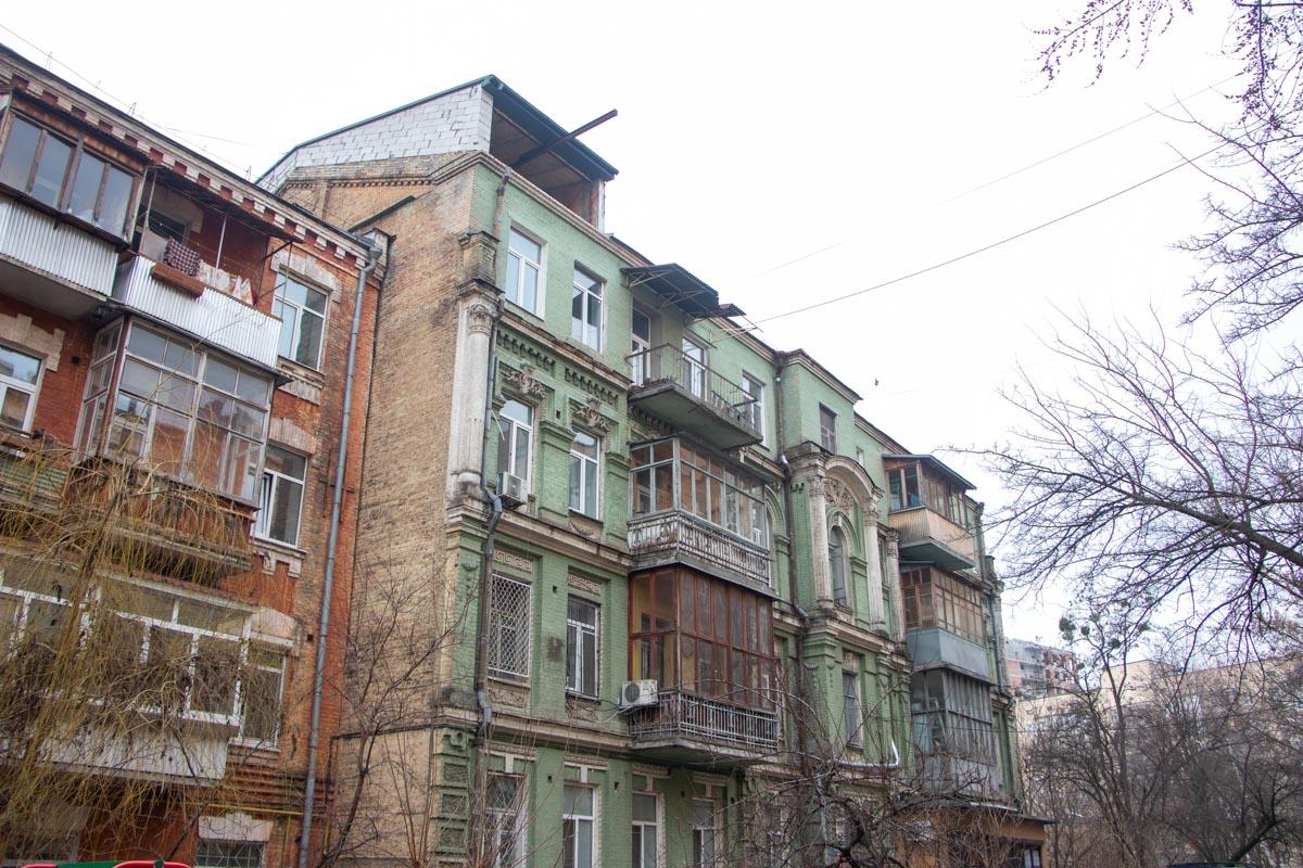 Кирпичная пристройка появилась на крыше четырехэтажного жилого дома
