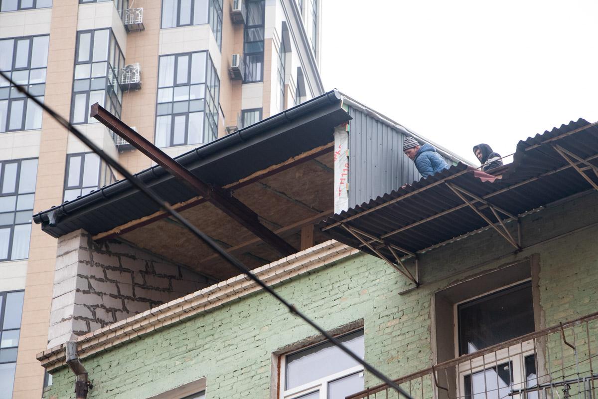 Так, в центре Киева на крыше жилого дома по адресу улица Саксаганского, 43б появилась очередная надстройка
