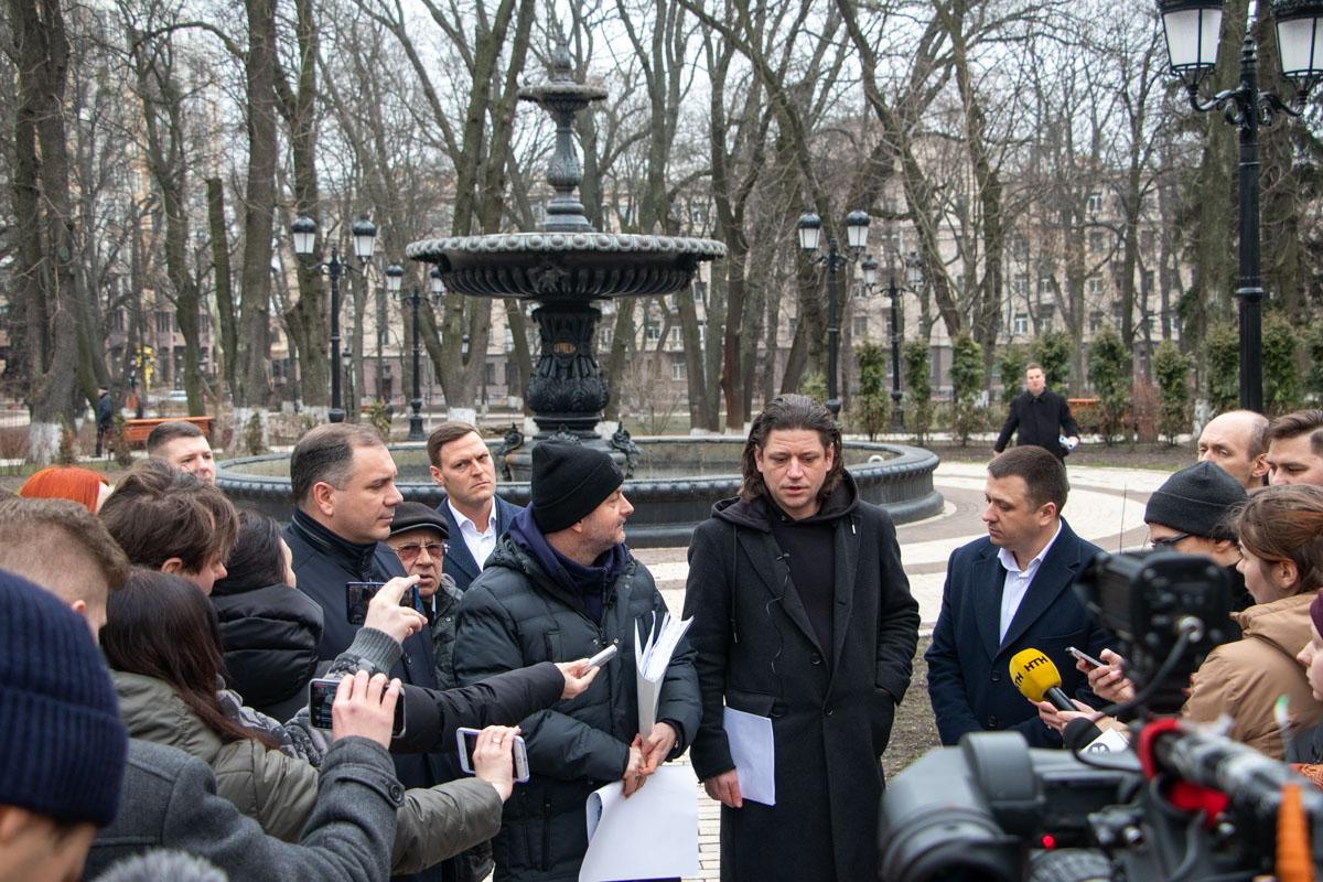 В Мариинском парке представители власти и активисты обсудили историю с заменой фонарей