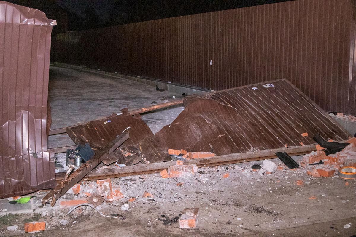 Автомобиль протаранил забор частного дома