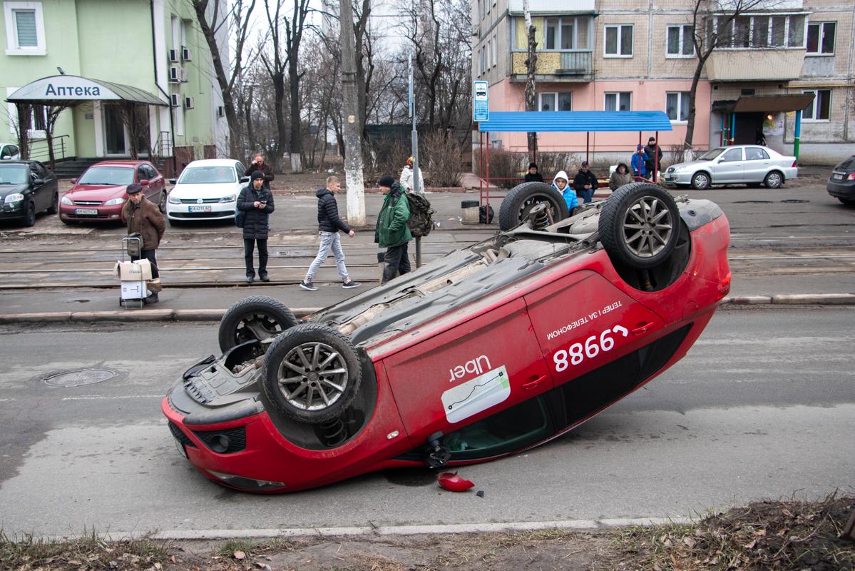 Seat Ibiza перевернулся, потому что водитель пытался избежать столкновения с другим автомобилем