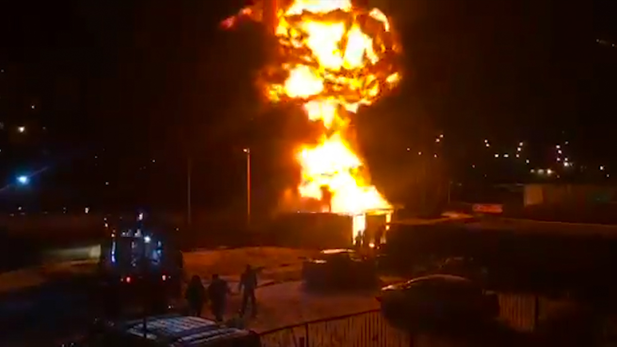 Во время тушения произошел взрыв, из-за которого пострадал пожарный
