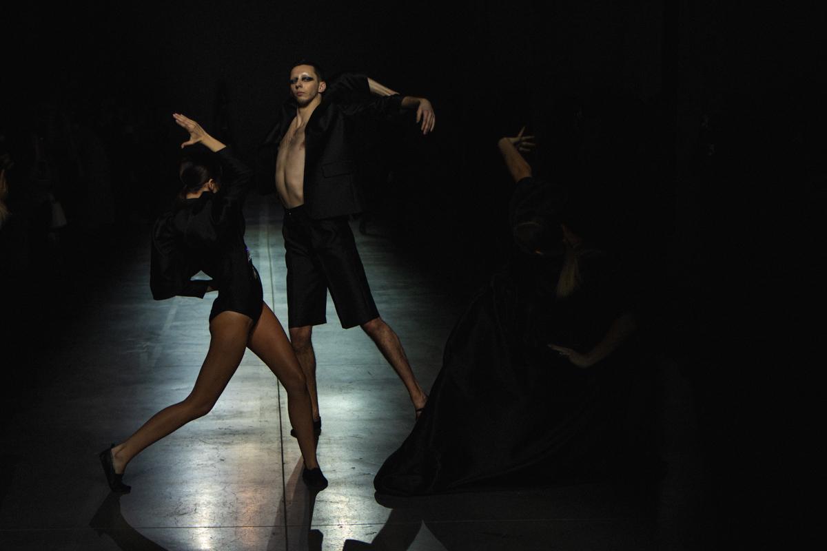 Модели не просто дефилировали по залу, а словно рассекали своими взмахами рук и ног пространство и время