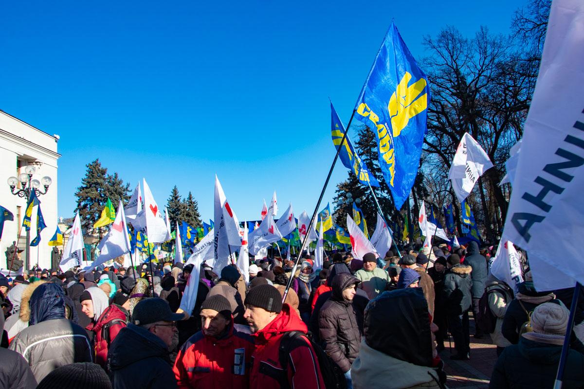 Под Радой собрались несколько сотен людей