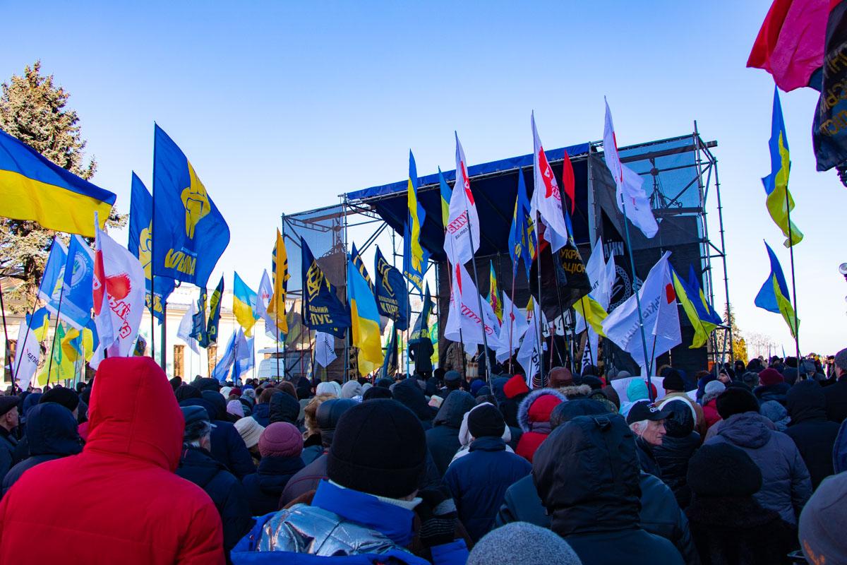 Под парламентом собрались сотни людей