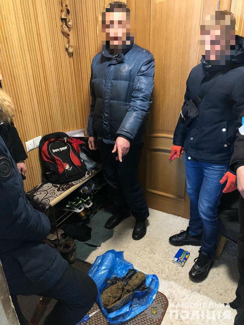 В Киеве сотрудники полиции задержали мужчину за хранение и сбыт наркотиков