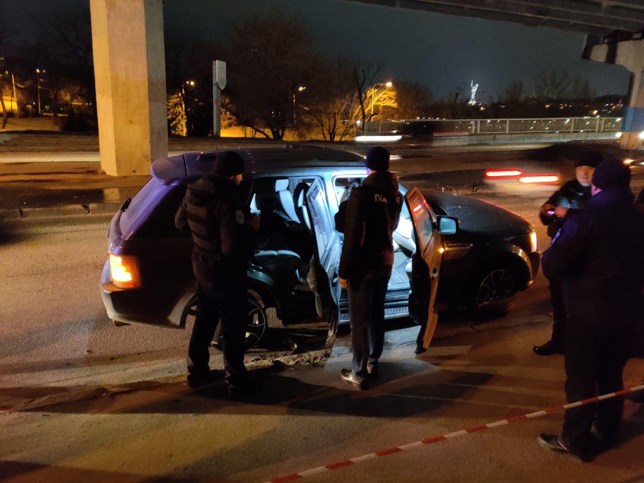Водитель Range Rover пытался уехать с полицейским в салоне