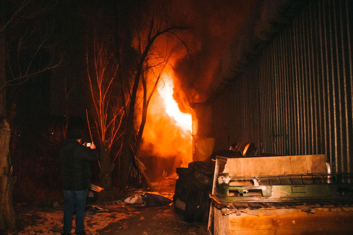Когда прибыли спасатели, то огонь охватил большую часть помещения