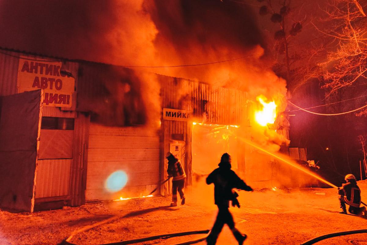 По адресу проспекта Лобановского, 115 загорелось здание автомойки