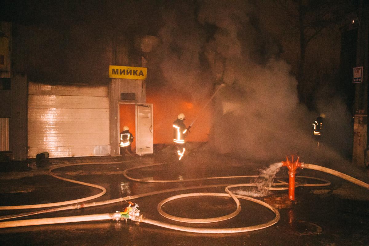 Площадь пожара достигла 80 квадратных метров
