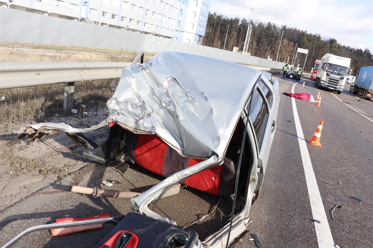 На улице Броварской, возле Фоззи, столкнулись «ВАЗ-21099» и фура Volvo