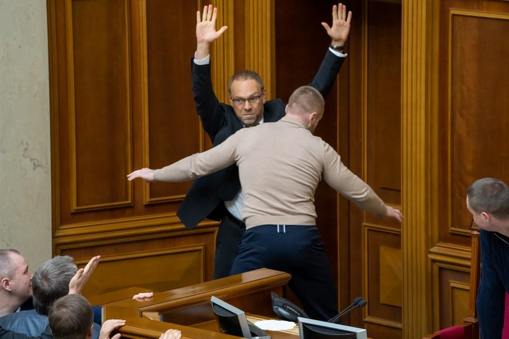 Все потасовки только в стенах Рады. Это схватка депутатов от Батьківщини и Слуги народа. Фото: Страна.UA