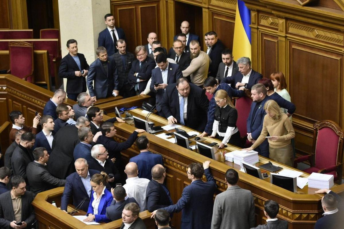 Тимошенко заняла место спикера. В борьбе за микрофон депутат повредила палец. Фото: Страна.UA