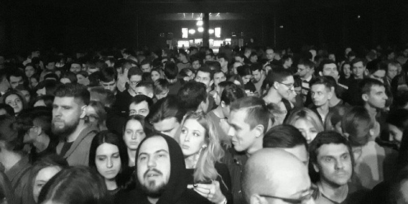 Фанаты готовы были ждать полтора часа, чтобы быть поближе к сцене