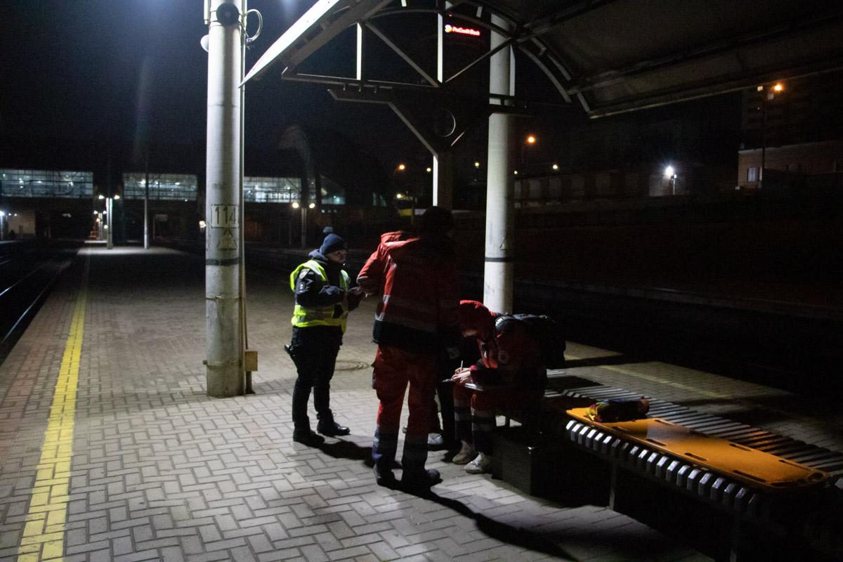 По словам медиков, причиной смерти стало падение с перрона или же попадание под поезд