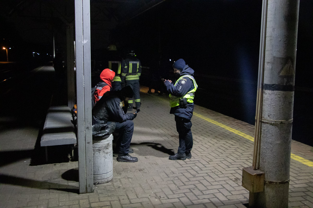 Доставать тело из-под перрона пришлось с помощью спасателей