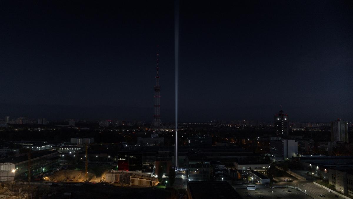 Высота луча достигает 100 метров в высоту