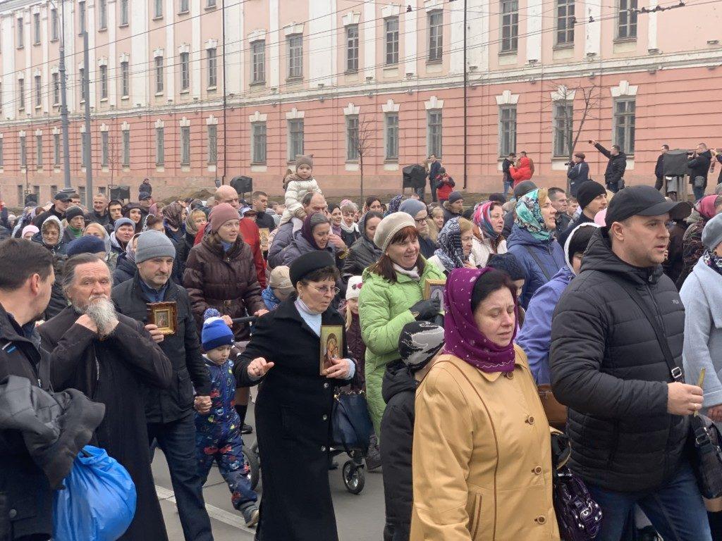 В Виннице 7000 людей провели крестный ход против коронавируса