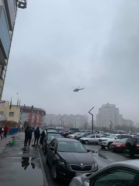 Над Позняками летал вертолет