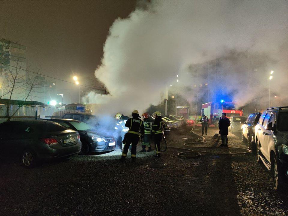 Огонь перекинулся на машины, которые были припаркованы рядом