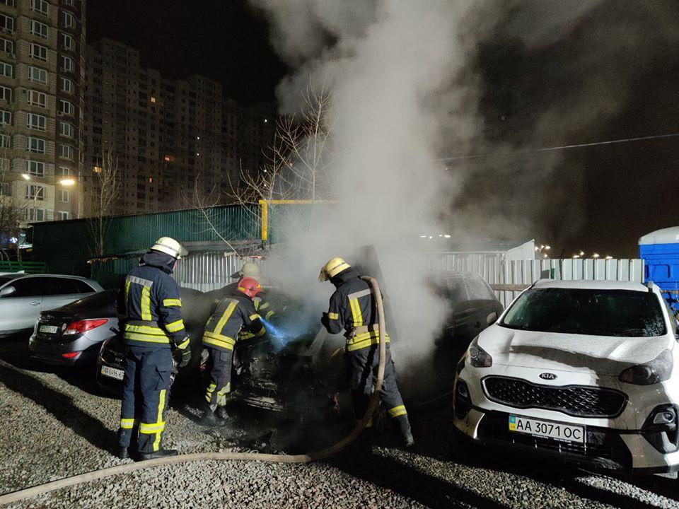 По адресу проспект Петра Григоренко, 18 по неизвестным причинам загорелся Range Rover