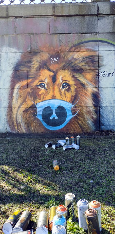 В Киеве на набережной поселился лев в маске и с короной