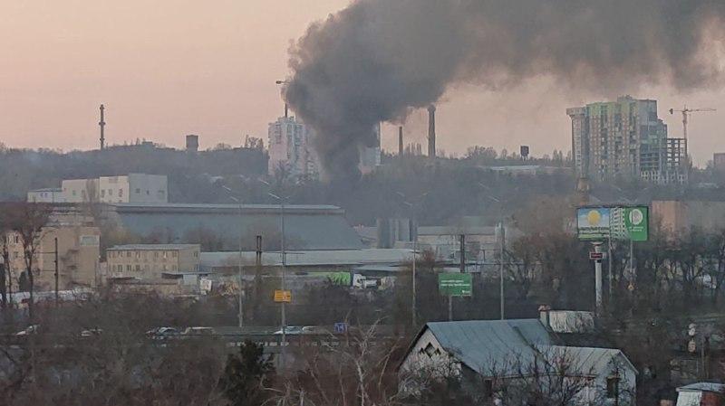 Дым виден с разных районов города