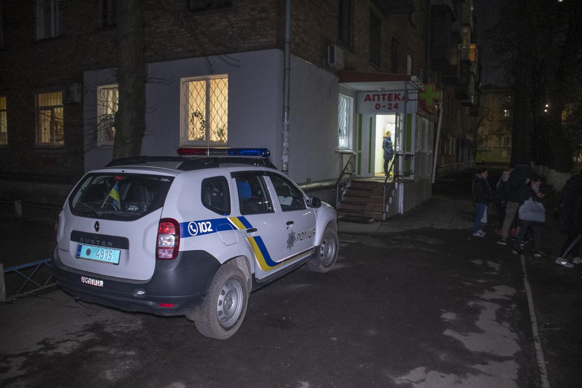 Подозреваемый был в медицинской маске и камуфляжной куртке. Мужчину ищет полиция