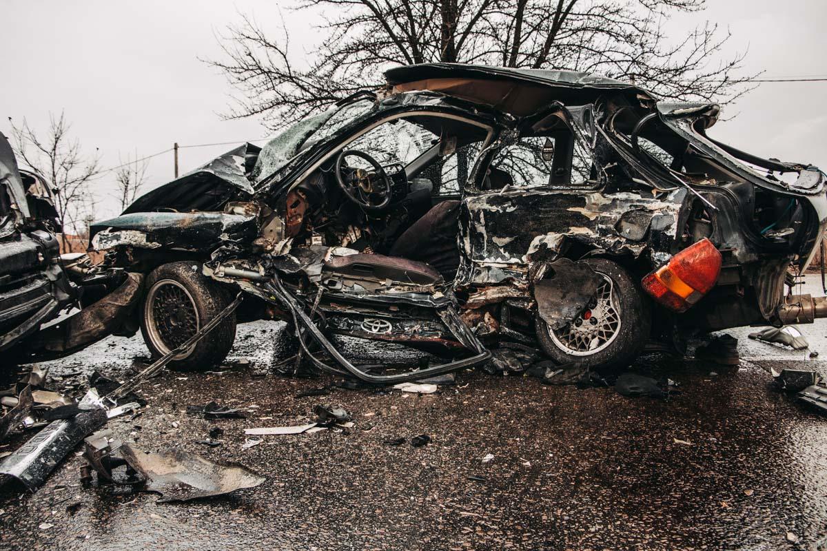 Honda Civic снесло на встречку, где она боком влетела в Toyota Prado