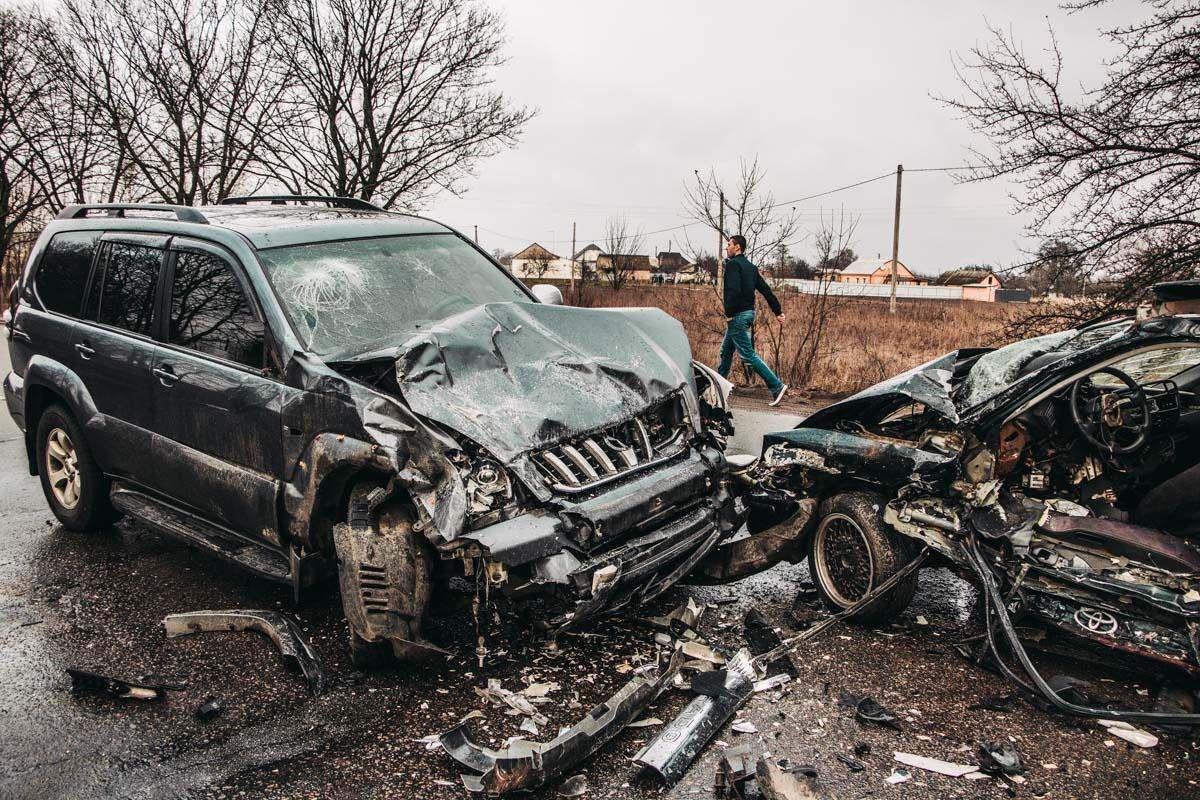 Врезультате удара водителя легковушки зажало в салоне. К сожалению, от полученных травм он скончался