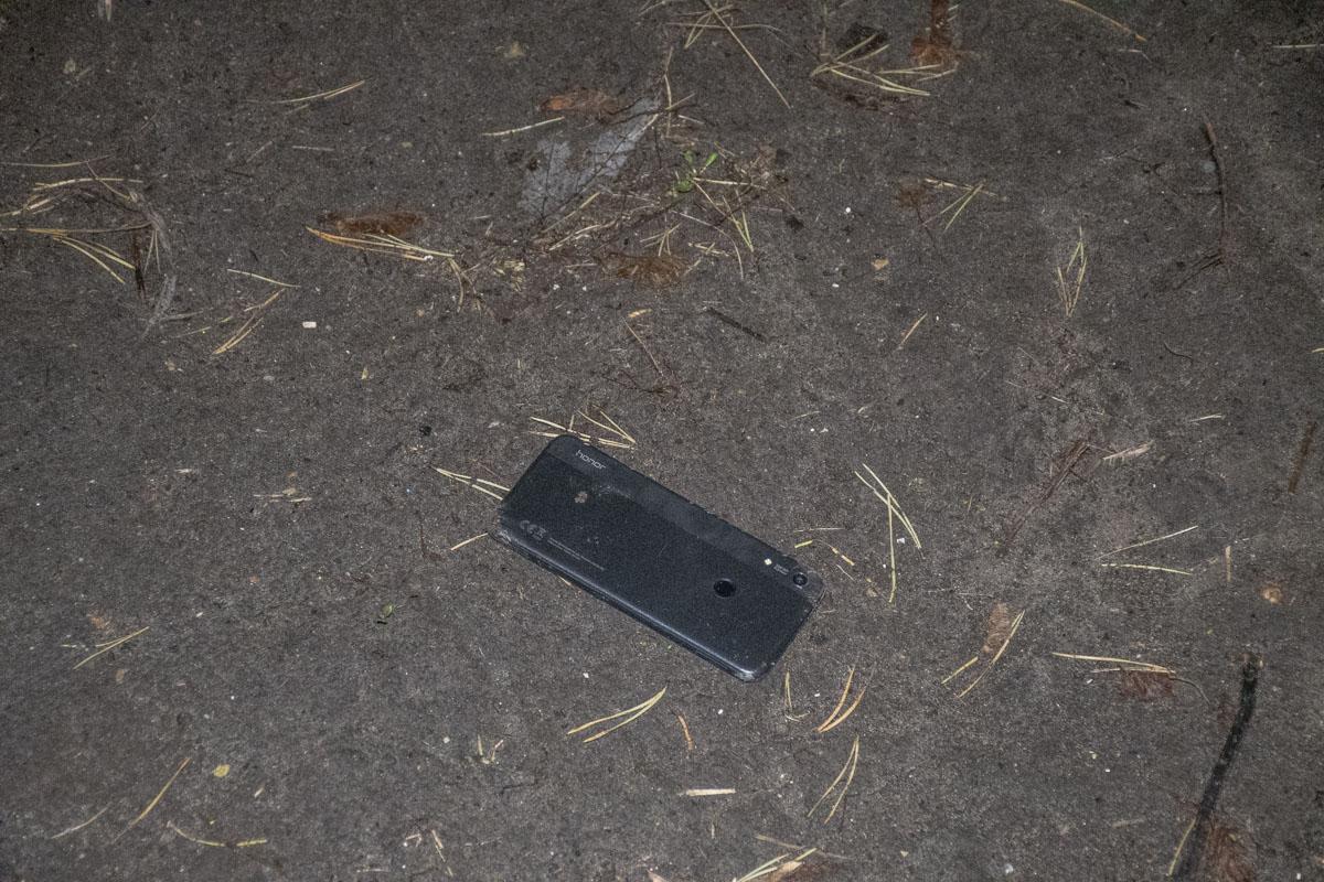 Во время задержания один из подозреваемых выбросил телефон, который принадлежит пострадавшему