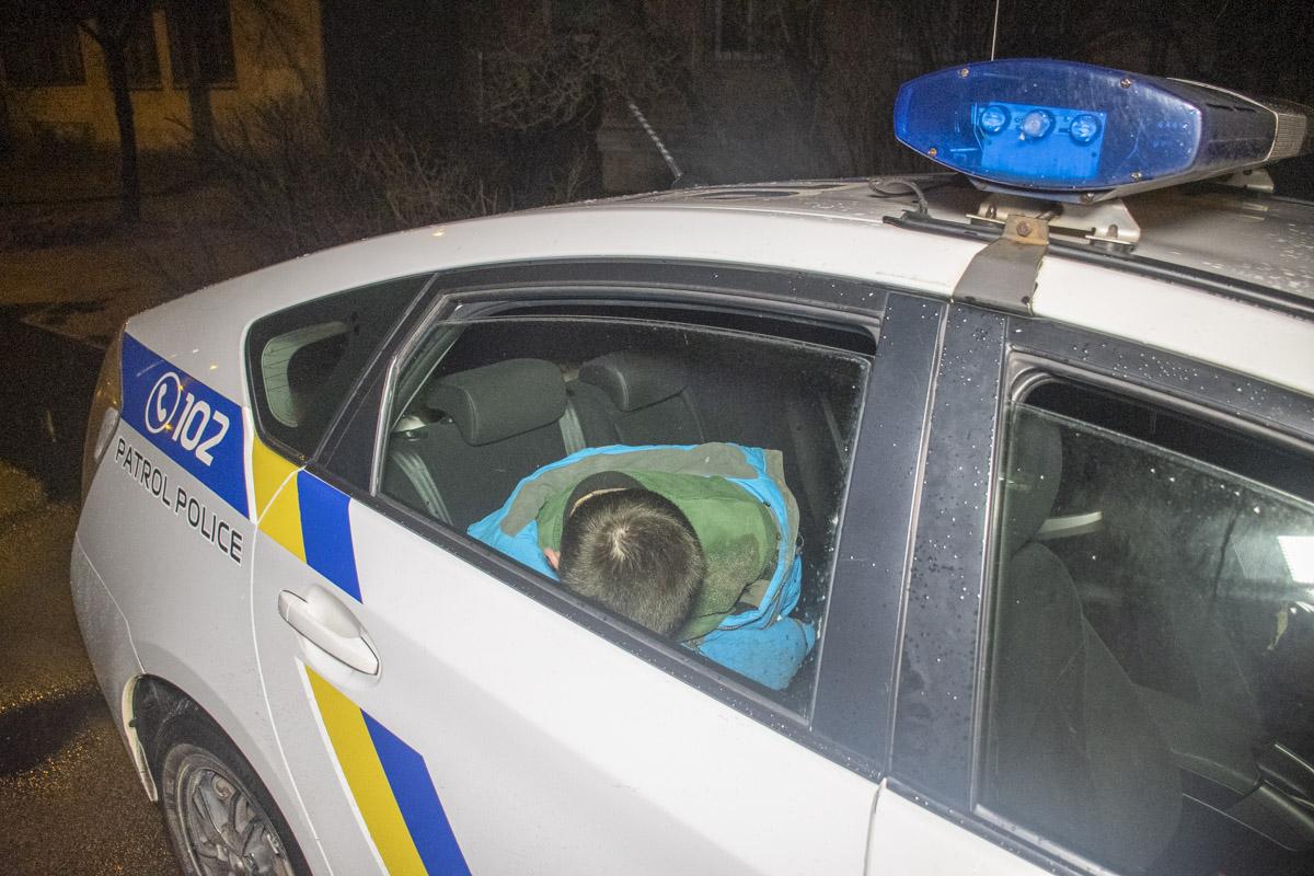 2 марта на Красноткацкой патрульные задержали двоих мужчин