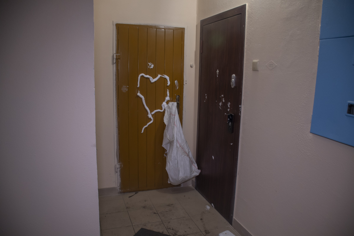 На одной из дверей он нарисовал сердце. Пенной для бритья