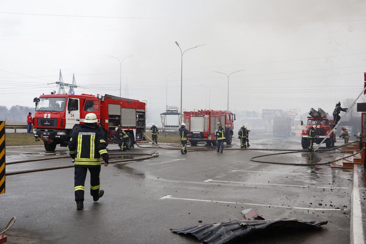 На территории комплекса находятся также АЗС KLO и кафе «Борщ», но до них пожар не успел дойти