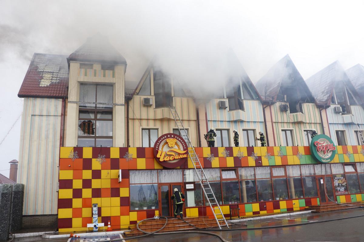 В гостинице «Чабаны» загорелся последний, третий, этаж