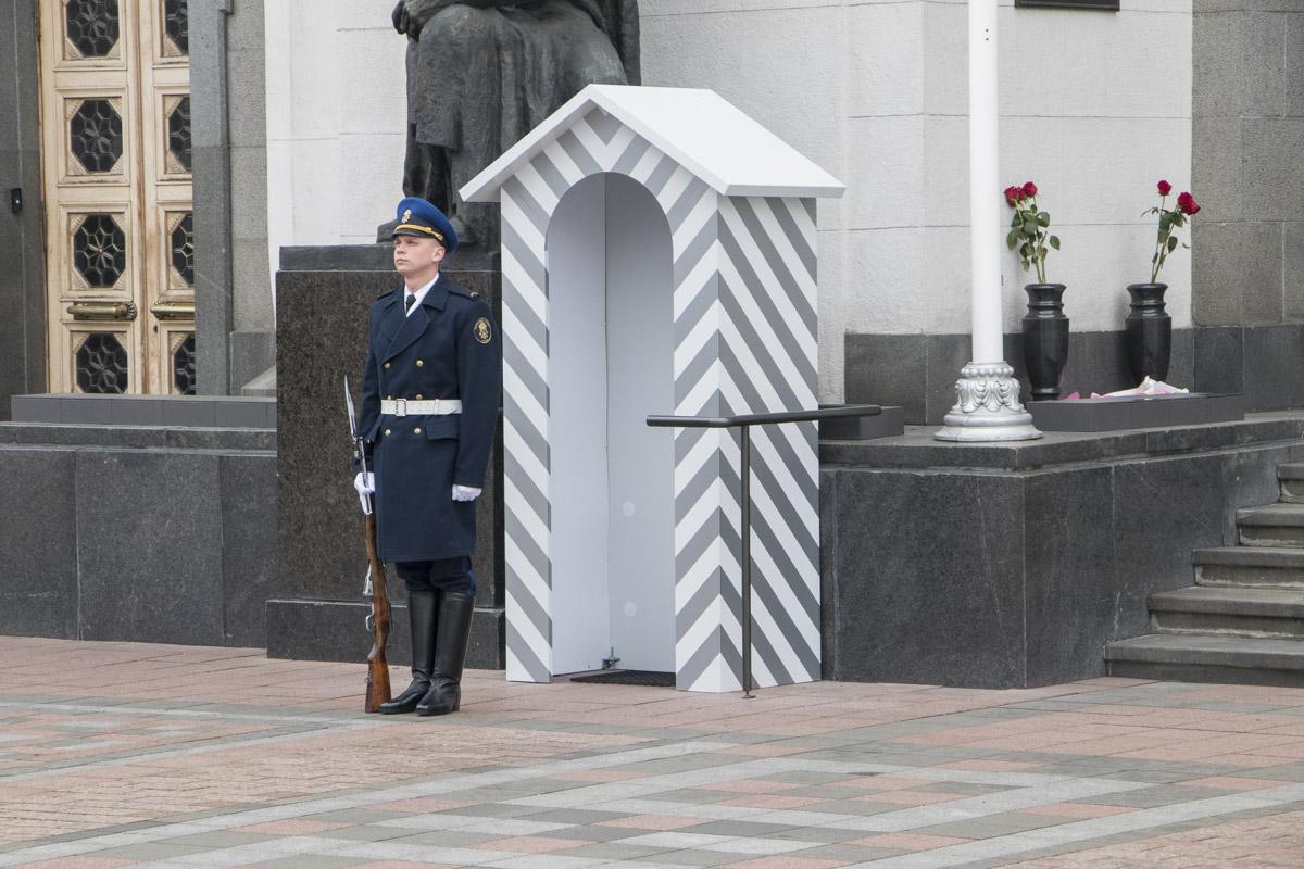 Это не просто церемония,но и способ почтить память погибших гвардейцев