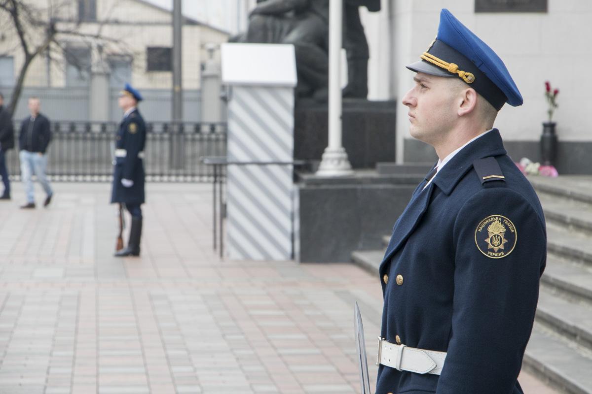 С 1 марта в Киеве под зданием Верховной Рады Украины начал дежурить почетный караул
