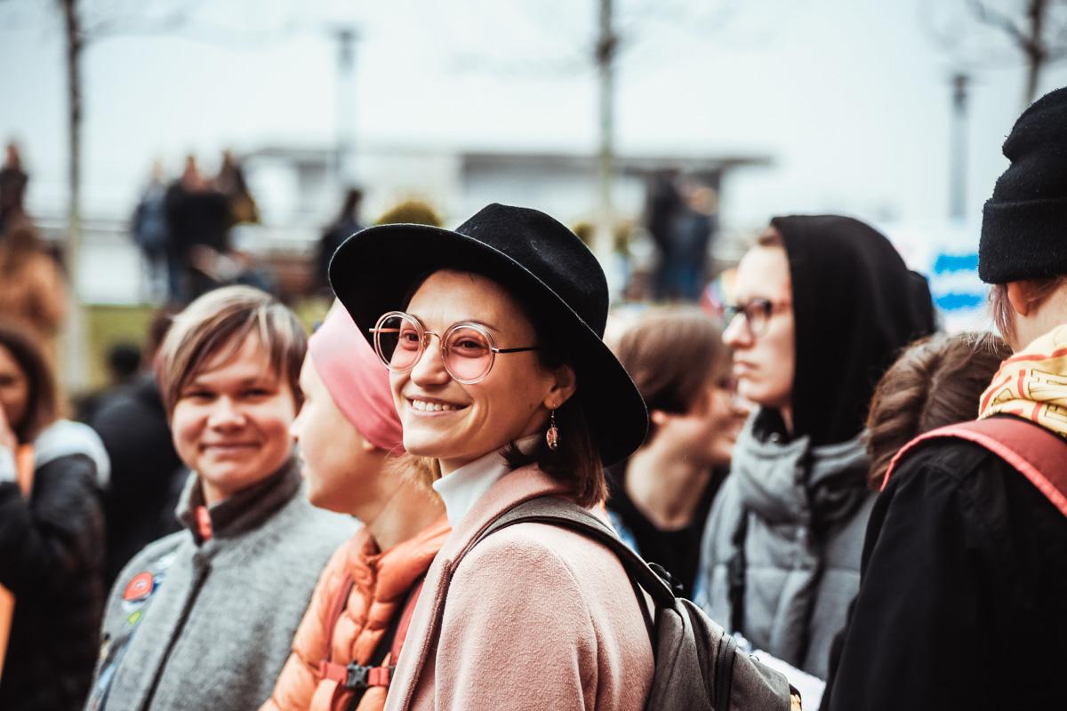 Несмотря на хмурую погоду, люди были в хорошем настроении