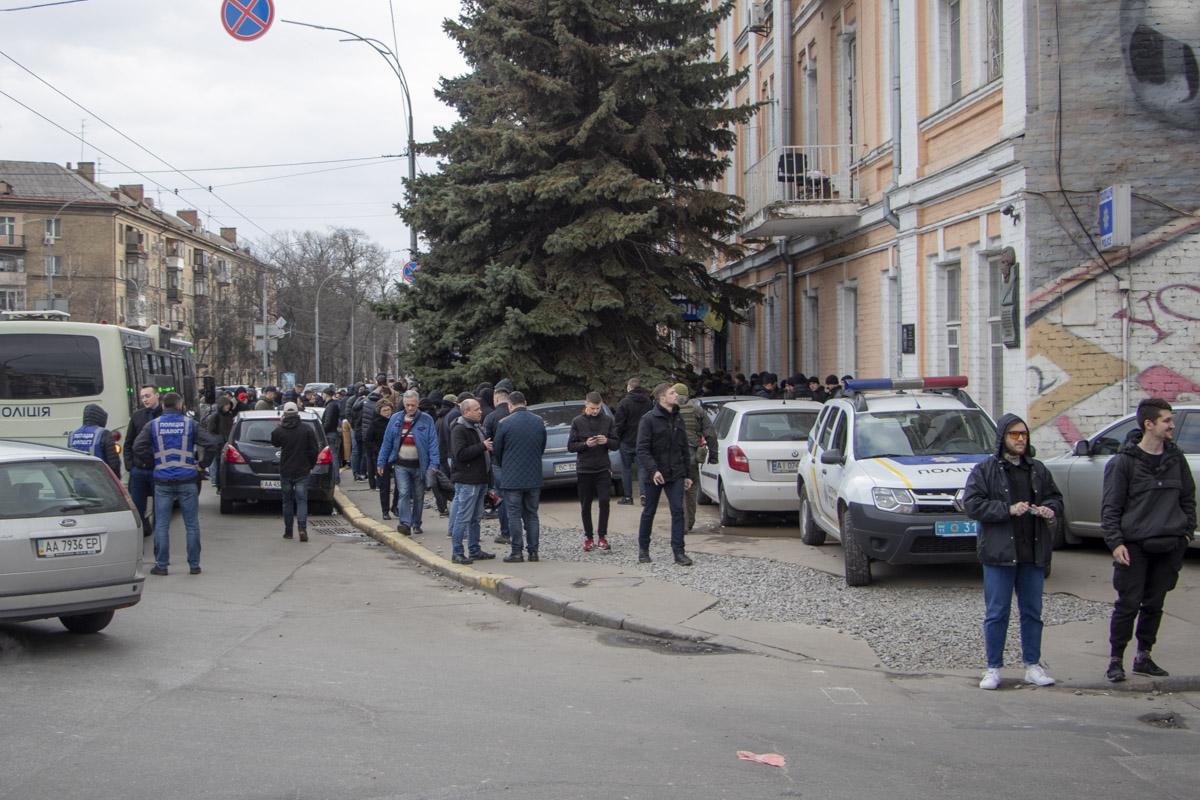 Возле Печерского управления полиции собрались представители Национального корпуса