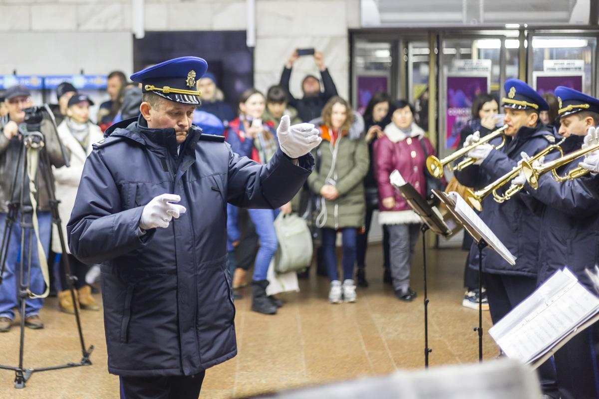 Военный оркестр в подземке порадовал людей живым исполнением известных песен