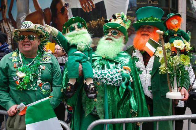 Среди традиций праздника - не только наряжаться во все зеленое