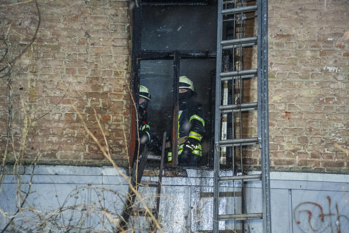 Сотрудники ГСЧС локализовали возгорание в 23:53, а около 00:10 полностью ликвидировали его